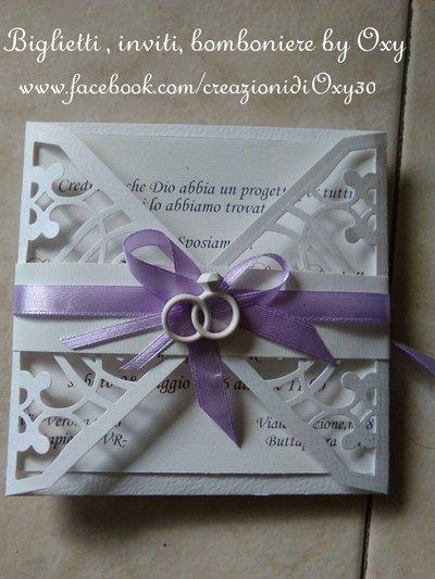 Partecipazione per Matrimonio con gessetto ( cuori-fedi-fiori)con nastro color lilla.