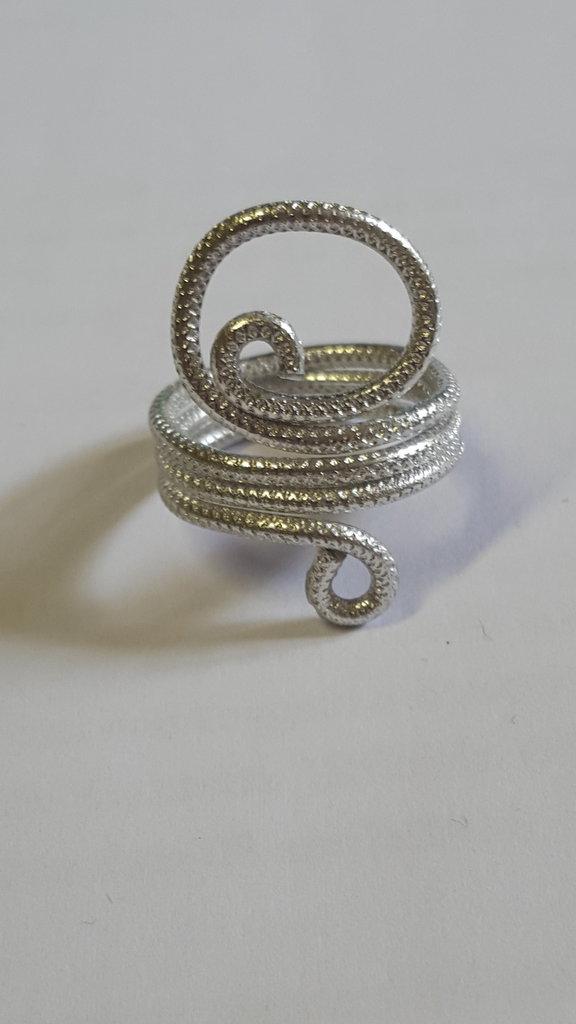 Anello in filo d'alluminio embossed