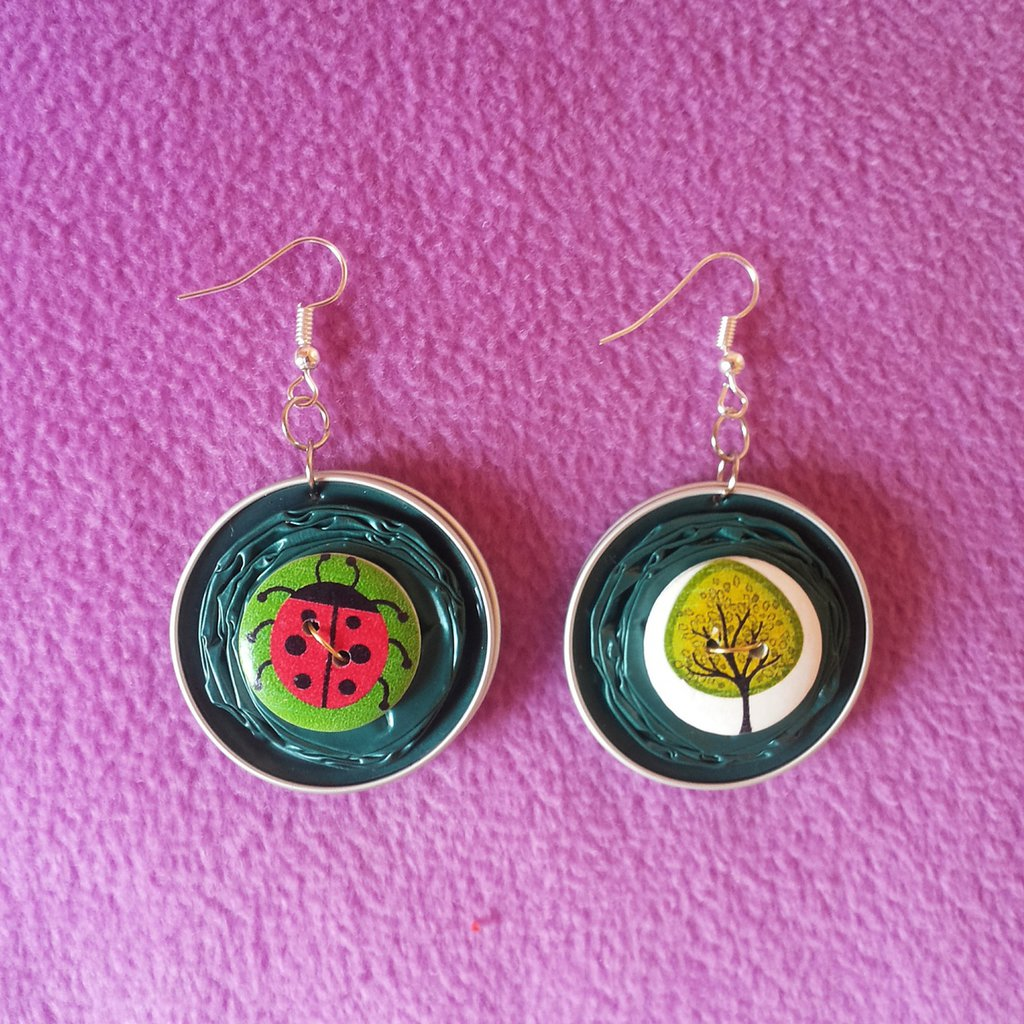 Orecchini realizzati a mano con cialde e bottoni