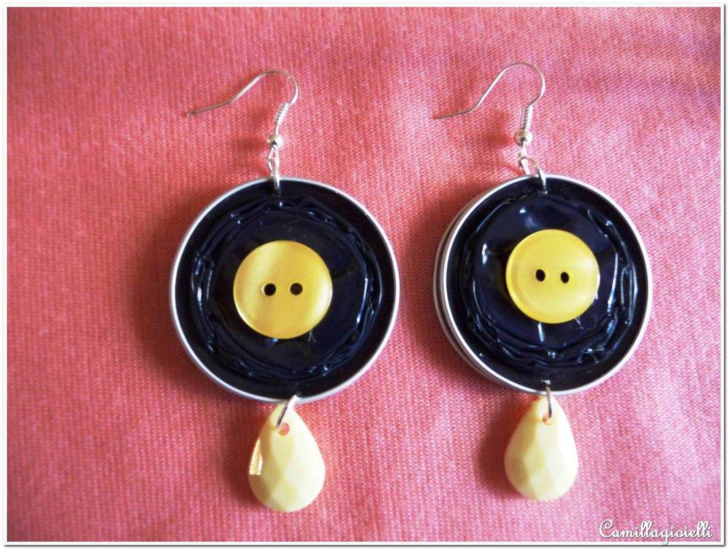 Orecchini con bottone giallo e cialde