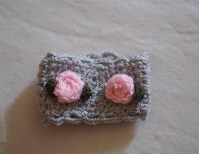 Bracciale a fascia in maglia di lana grigio perla.Applicate Rose e foglie (rosa con foglie salvia).Personalizzabile-Lavorazione uncinetto.