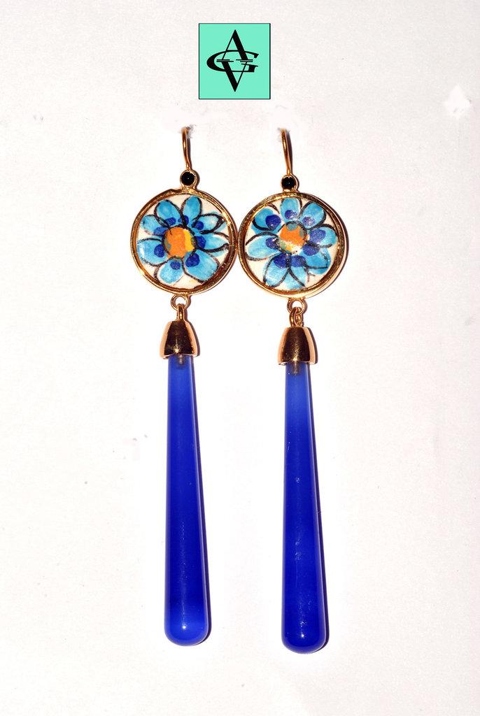 Orecchini pendenti con agate azzurre e maioliche