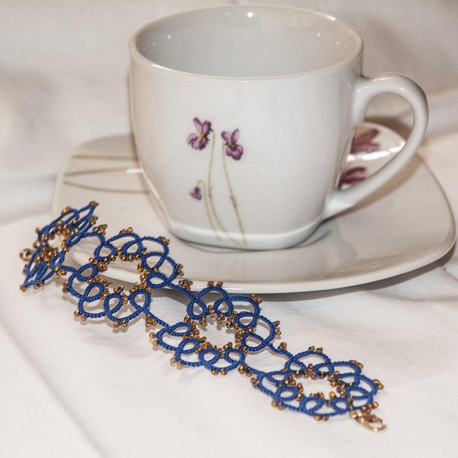 Bracciale realizzato a chiacchierino cotone blu elettrico con perline dorate