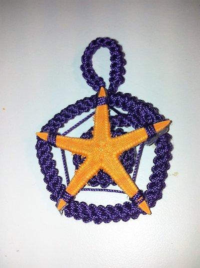 Ciondolo in stile mare viola e arancio lavorato all'uncinetto con stella marina