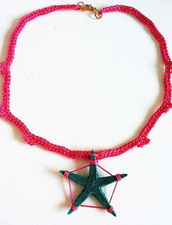 Collana girocollo in stile mare rosa fucsia e verde ottanio lavorata all'uncinetto con stella marina