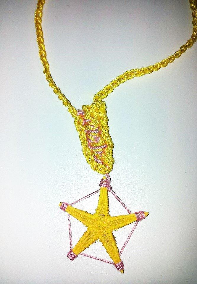 Collana in stile mare in rosa chiaro e giallo lavorata all'uncinetto con stella marina