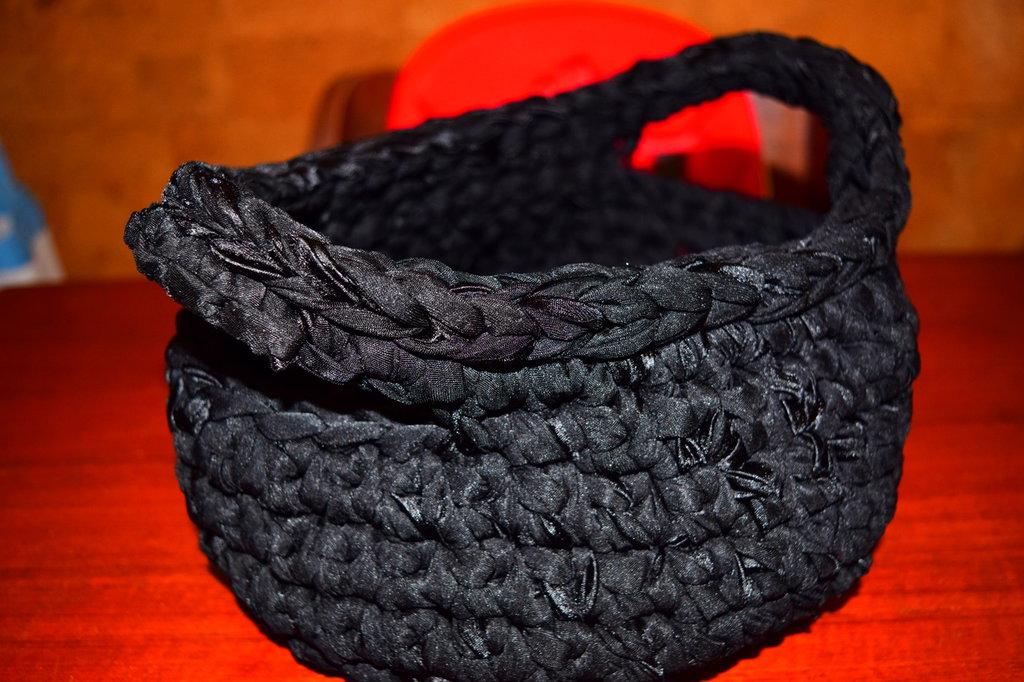 Cestino realizzato all'uncinetto in fettuccia di raso nero con manici