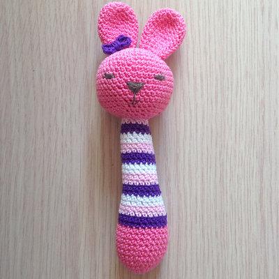 Sonaglino coniglio rosa amigurumi, fatto a mano all'uncinetto