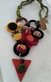 Collana creativa con pendente di sughero e carta