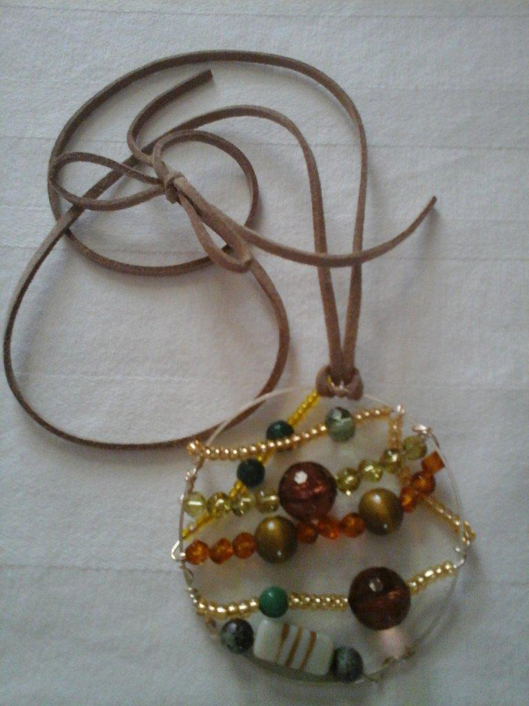 medaglione con pietre e perline