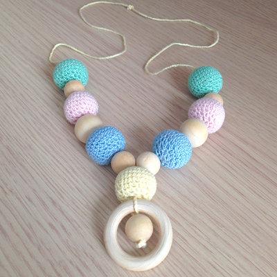 Collana da allattamento con perle amigurumi e in legno colori pastello, fatta a mano all'uncinetto