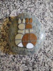 Fermacarte sasso con mosaico coniglietti