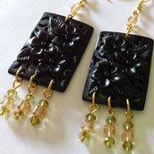 Orecchini neri con decorazioni e cristalli dorati e verdi
