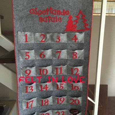 Calendario dell'Avvento in feltro realizzato a mano