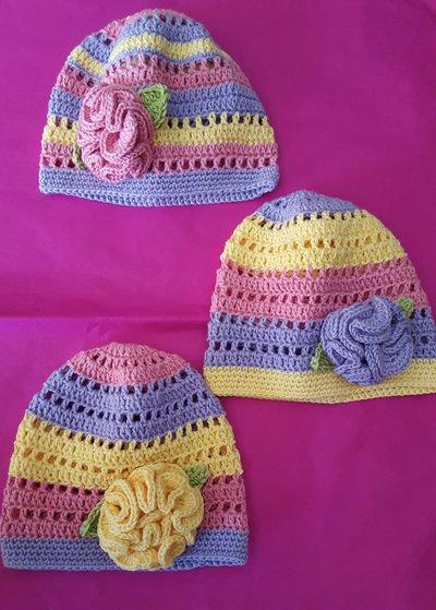 Cappellino con rosa