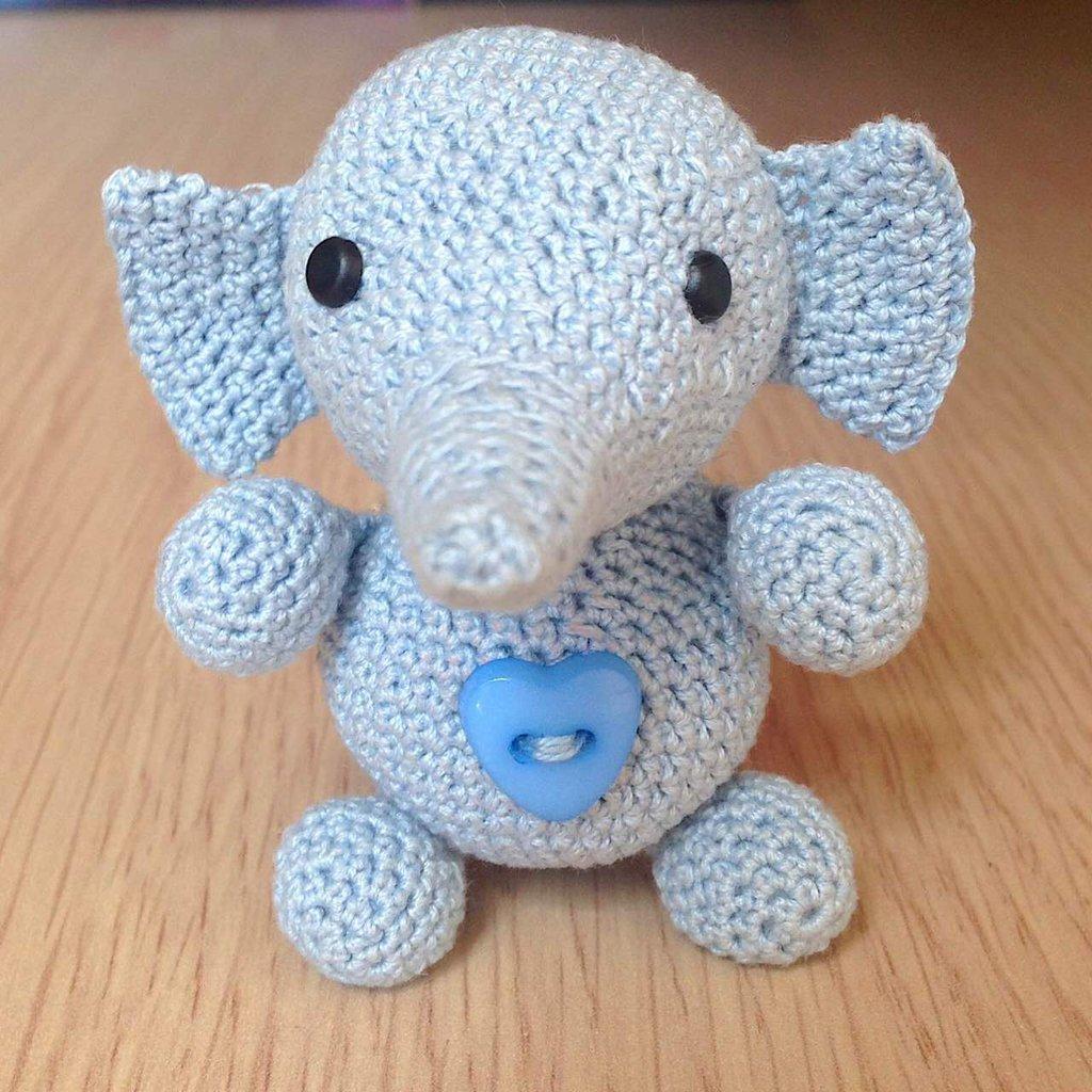 Elefantino azzurro amigurumi fatto a mano all'uncinetto con cuoricino
