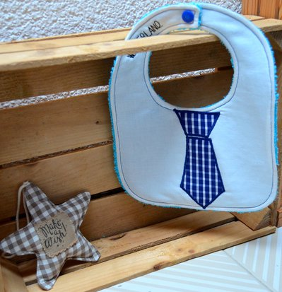 Bavaglino in cotone con cravatta blu