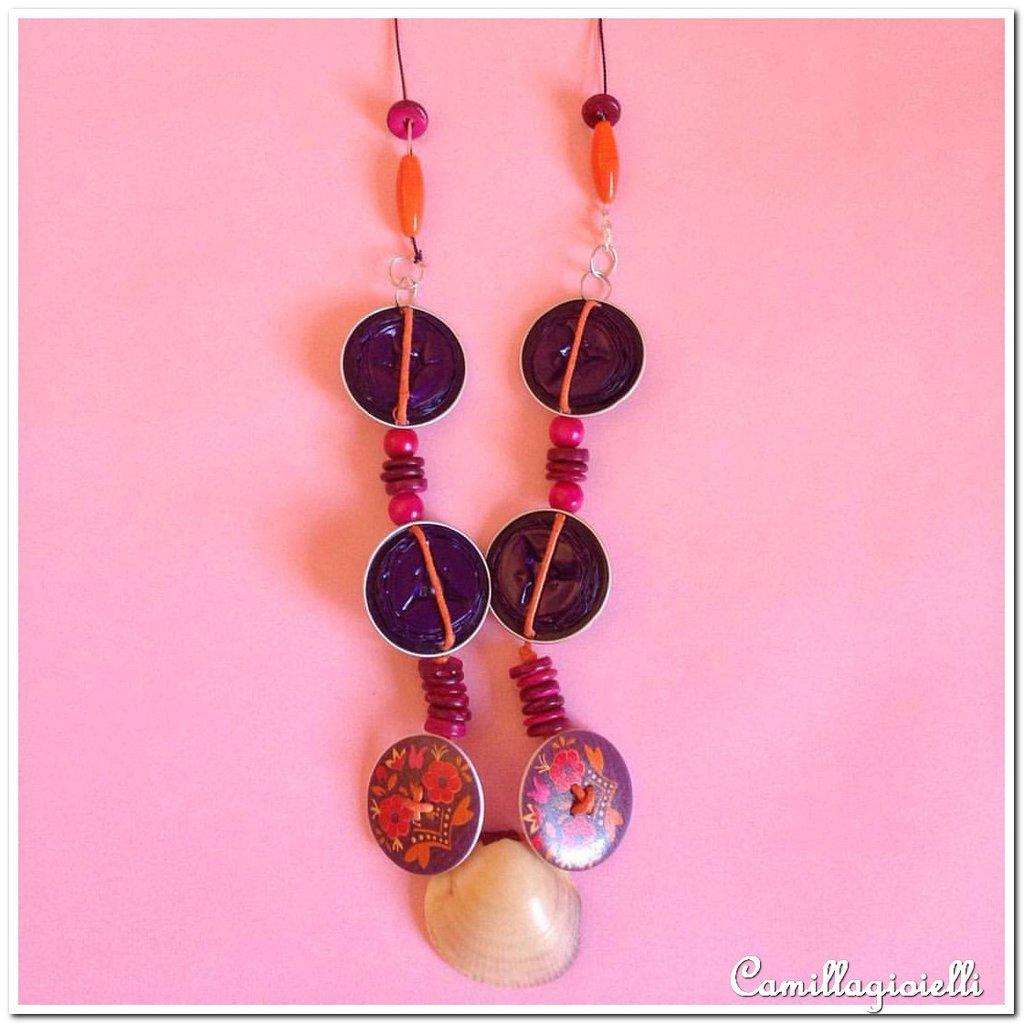 Collana con pezzi in simil ceramica (stnghette arancioni), conchiglie e bottoni