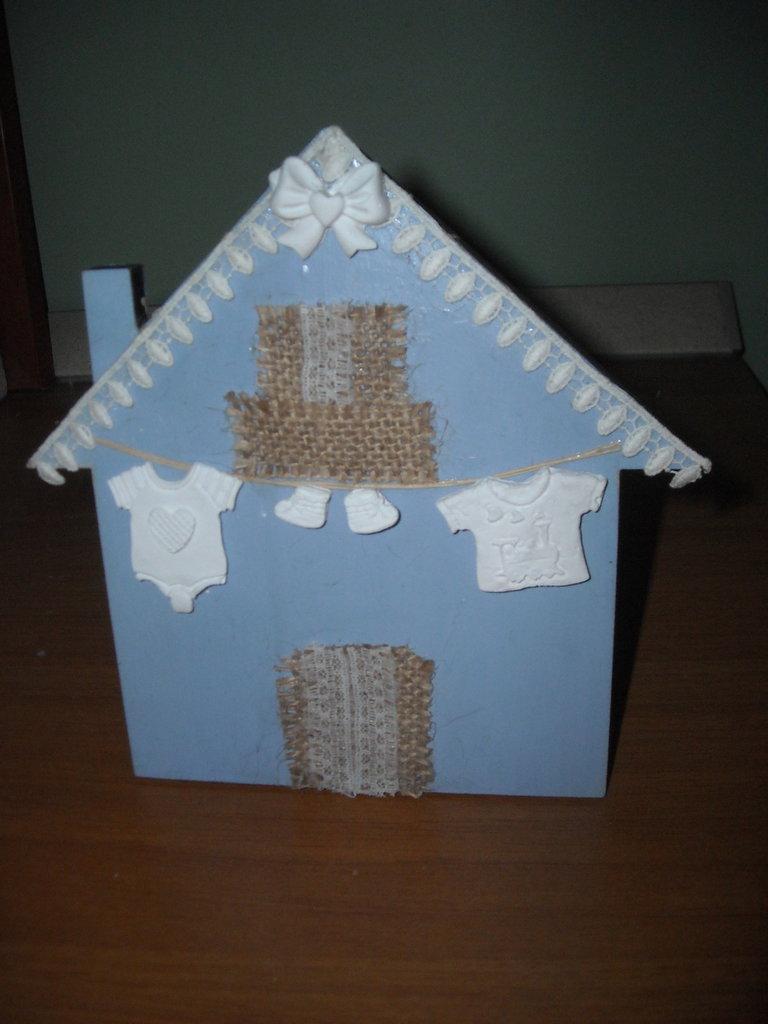 quadretto decorativo azzurro a forma di casetta gessetti panni  stesi per bebé