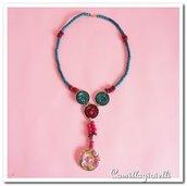 Collana realizzata con cialde, bottoni e altri ornamenti (legnetti colorati)