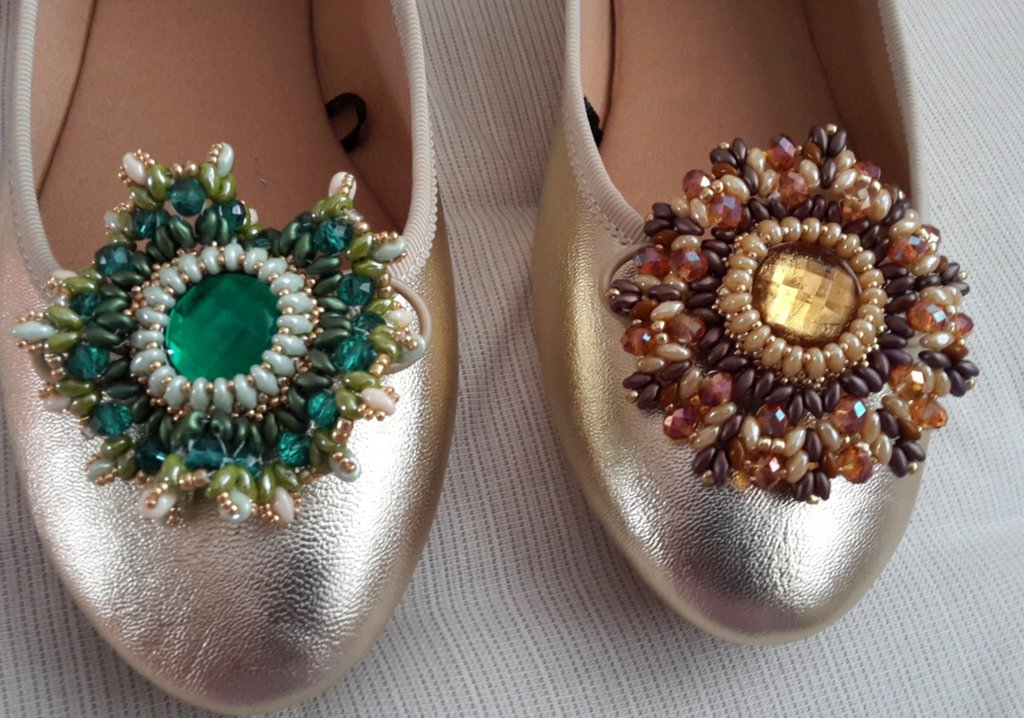 Decorazione scarpa con perline superduo