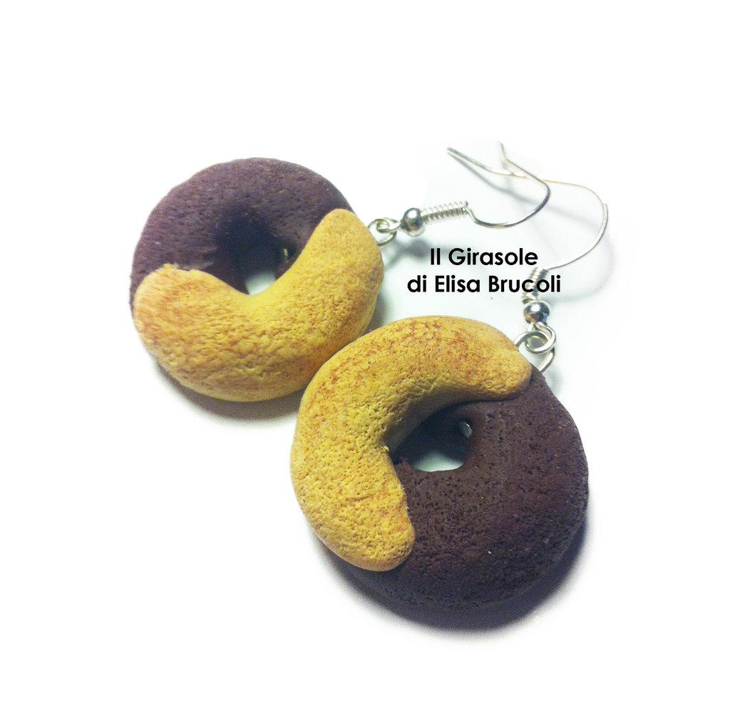 Orecchini pendenti con biscotto panna e cioccolato in fimo