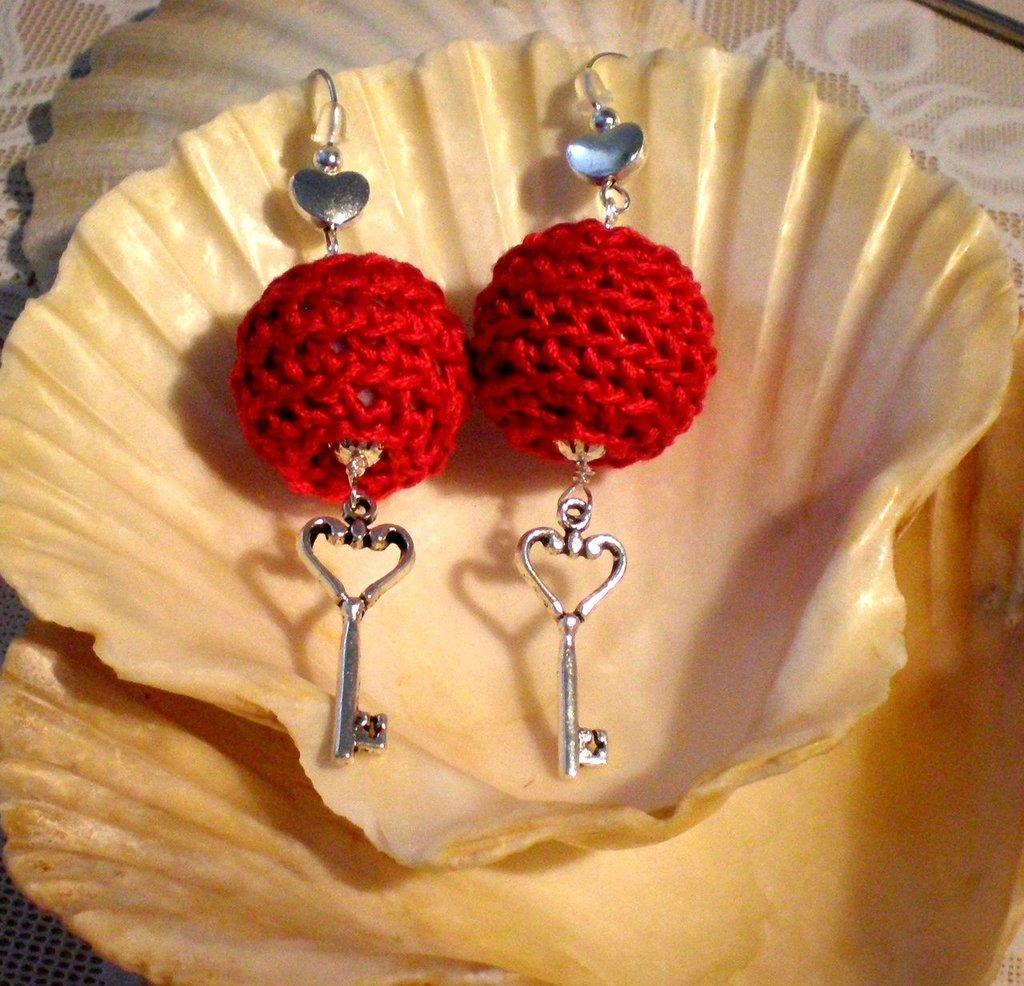 """Orecchini pendenti creati a mano all` uncinetto """"La chiave del cuore"""" con tecnica crochet bead"""