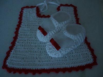 Coordinato scarpine e bavaglino bianco con rifiniture rosse fatto a mano