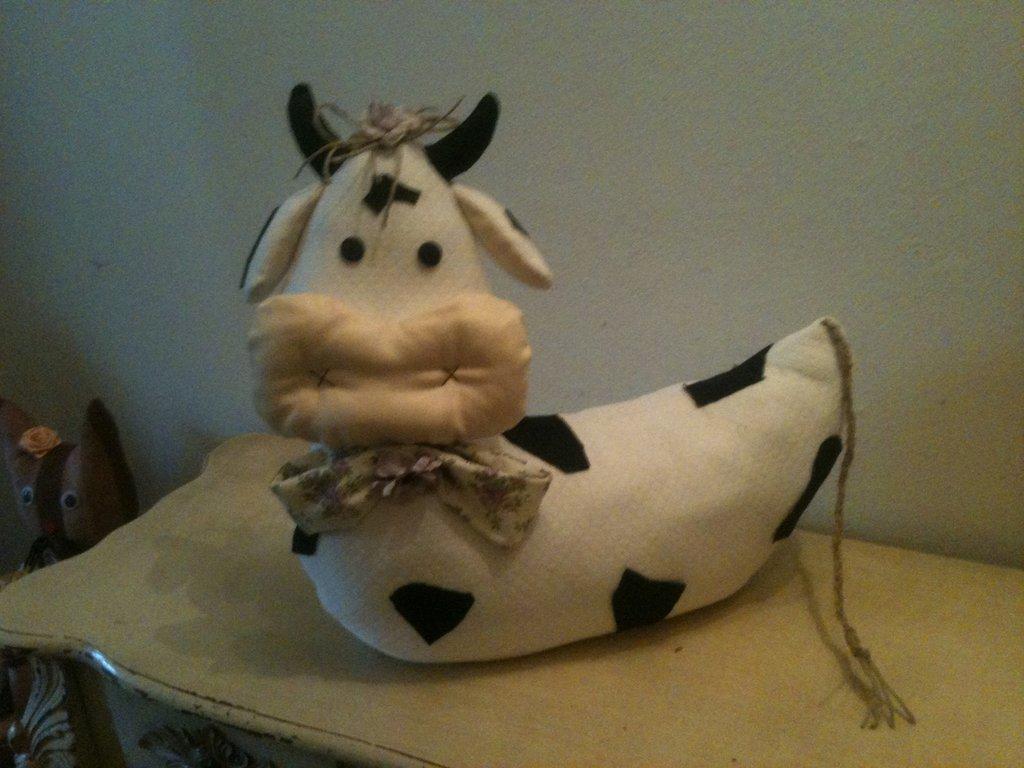 Fermaporta mucca accucciata