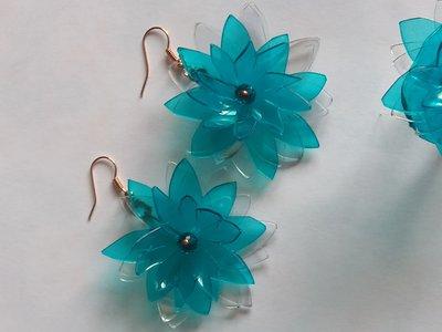 Orecchini in plastica azzurri