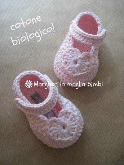 Scarpine bambina cuoricino fatte a mano all'uncinetto in cotone biologico rosa