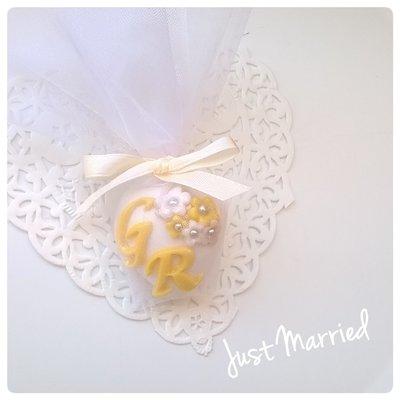 Segnaposto matrimonio con iniziali sposi,giallo,bianco e beige