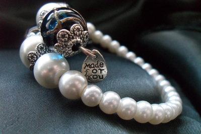 bracciale a molla perle bianche e blu