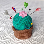 Pianta grassa amigurumi puntaspilli in vasetto, fatta a mano all'uncinetto