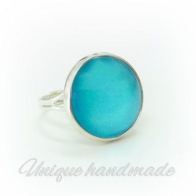 Anello con cabochon color acquamarina