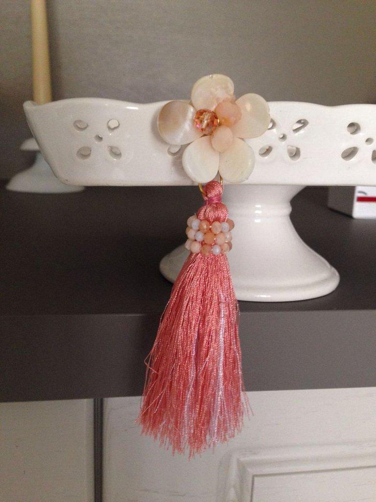 Orecchini a fiore in madreperla e nappina grande con cristalli