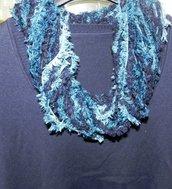 Sciarpa collana fatta a mano toni del blu