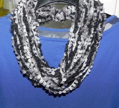 Sciarpa collana fatta a mano nei toni del grigio
