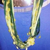 Sciarpa collana realizzata a mano con filato multicolore