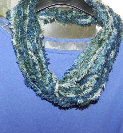 Sciarpa collana fatta a mano toni del verde e blu