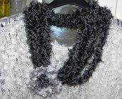 Sciarpa collana fatta a mano con fiore e piuma nero-grigio
