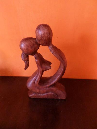 statuina di legno intagliata dolce amore