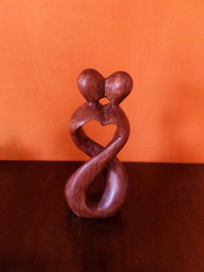 statuina in legno intagliata amore infinito