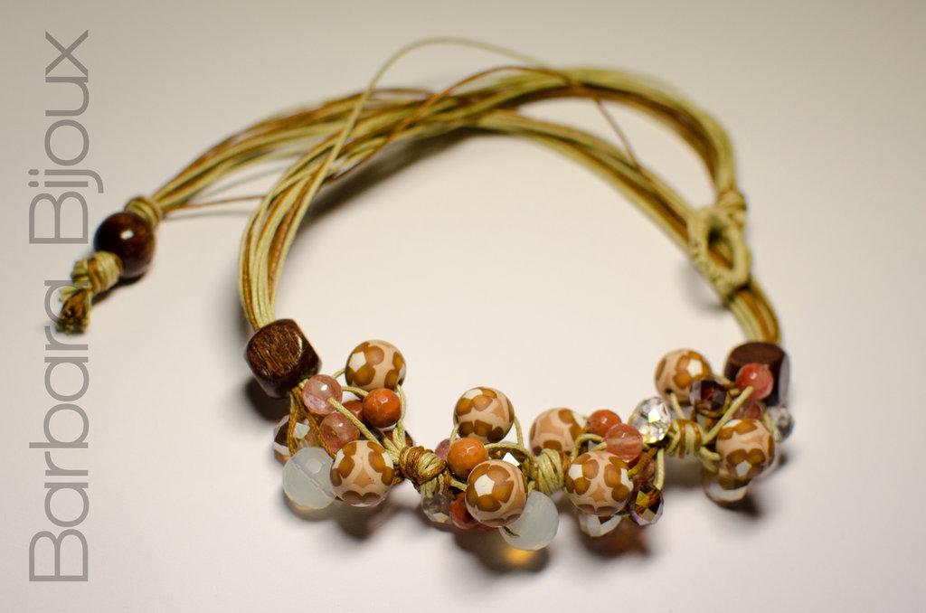 Collana realizzata a mano nei toni del marrone in cordone cerato e perle di pasta polimerica, perle di legno, perle di vetro sfaccettate.