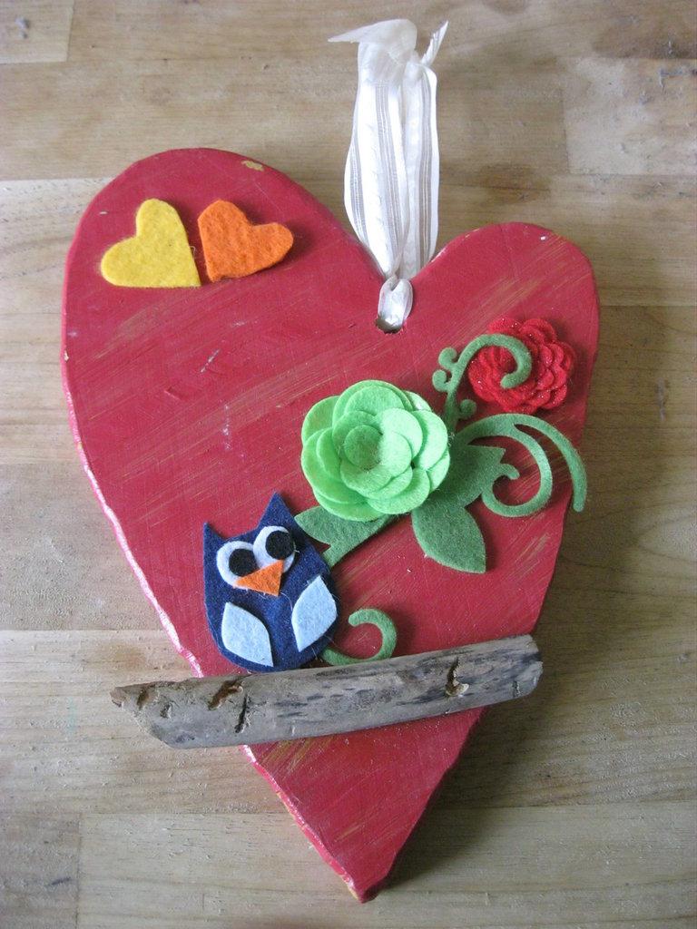 cuore in legno con gufetto rosso