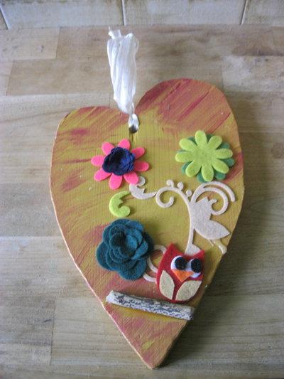 cuore in legno con gufetto giallo