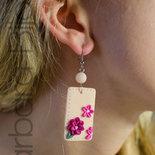Un tocco di colore ed eleganza per questi orecchini rettangolari rosa chiaro con fiori in pasta polimerica (fimo).