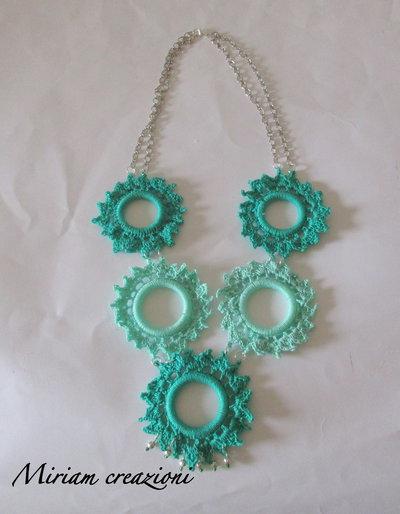 Collana con cerchi lavorati all'uncinetto  nelle tonalità del verde