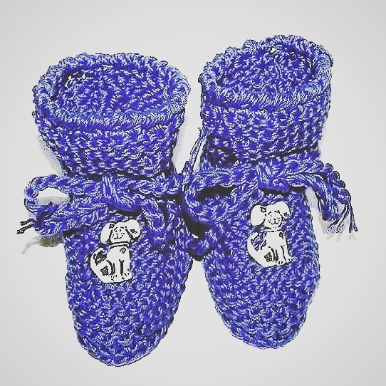 Scarpette bimbi realizzate ad uncinetto in lana viola  con dalmata