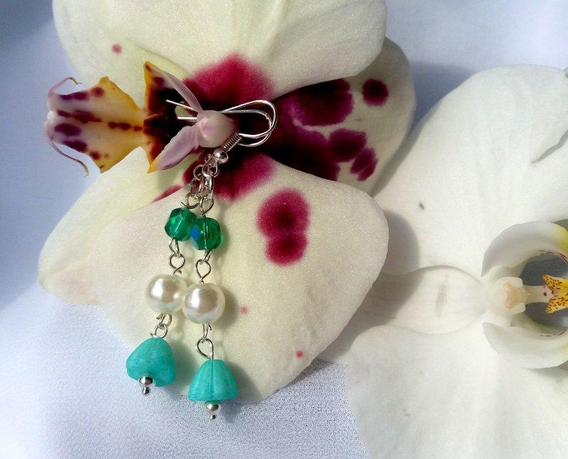 Orecchini pendenti realizzati a mano con cristalli color verde, fiore in vetro di Boemia e perle